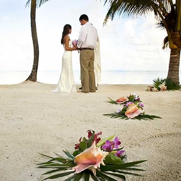 Wedding ceremony on the beach at Victoria House Resort and Spa